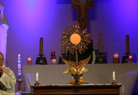 Vidéo de bénédiction eucharistique pour la guérison des coeurs, des âmes et des corps.